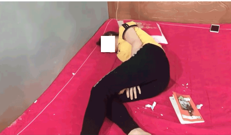 Cô gái lăn lộn vì đau đớn