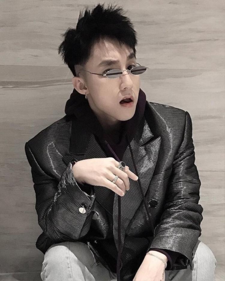 Không hổ danh là ca sỹ có gu thời trang ấn tượng, Sơn Tùng Mtp là một trong những người đầu tiên diện chiếc kính bé hạt tiêu này.