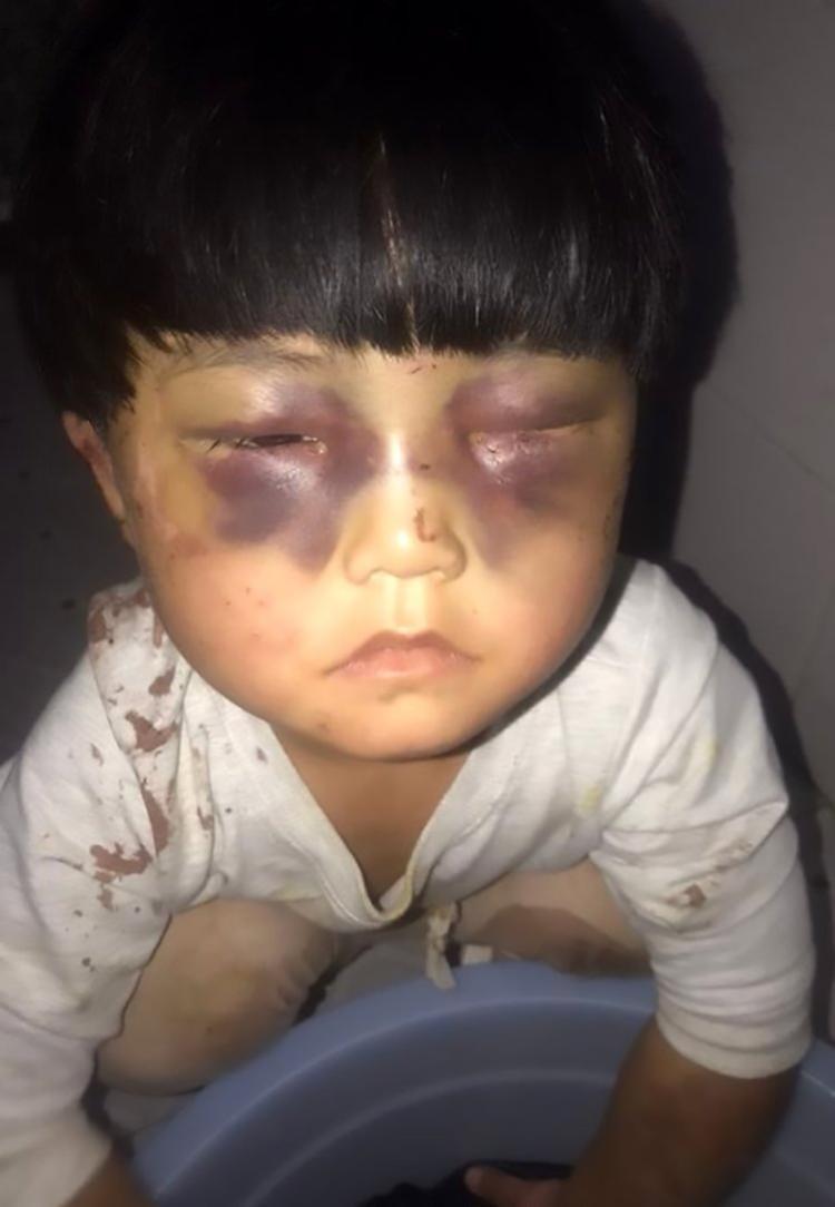 Bé gái bị cha nhốt trong nhà vệ sinh và bắt giặt quần áo cho ông ta. Ảnh: Asiawire