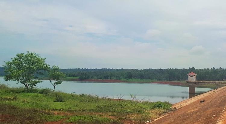 Khu vực hồ nơi phát hiện thi thể nạn nhân. Ảnh: PLO.