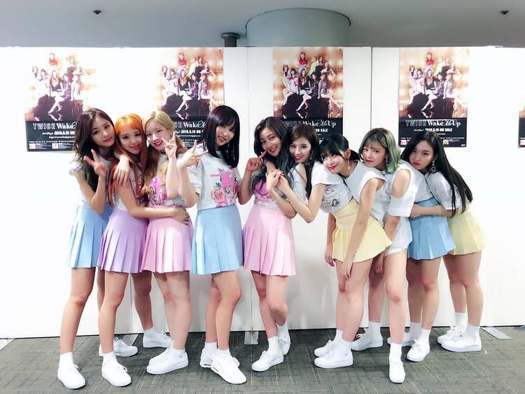 TWICE còn là nhóm nhạc Kpop đầu tiên được trình diễn tại lễ hội âm nhạc cuối năm nổi tiếng Kōhaku Uta Gassen trong vòng 6 năm qua. Trước TWICE là 3 tiền bối TVXQ, Kara và SNSD.