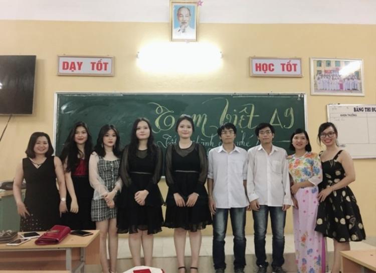 Cô Thủy (áo dài hoa) cùng các giáo viên khác chụp ảnh lưu niệm với 3 cặp song sinh.