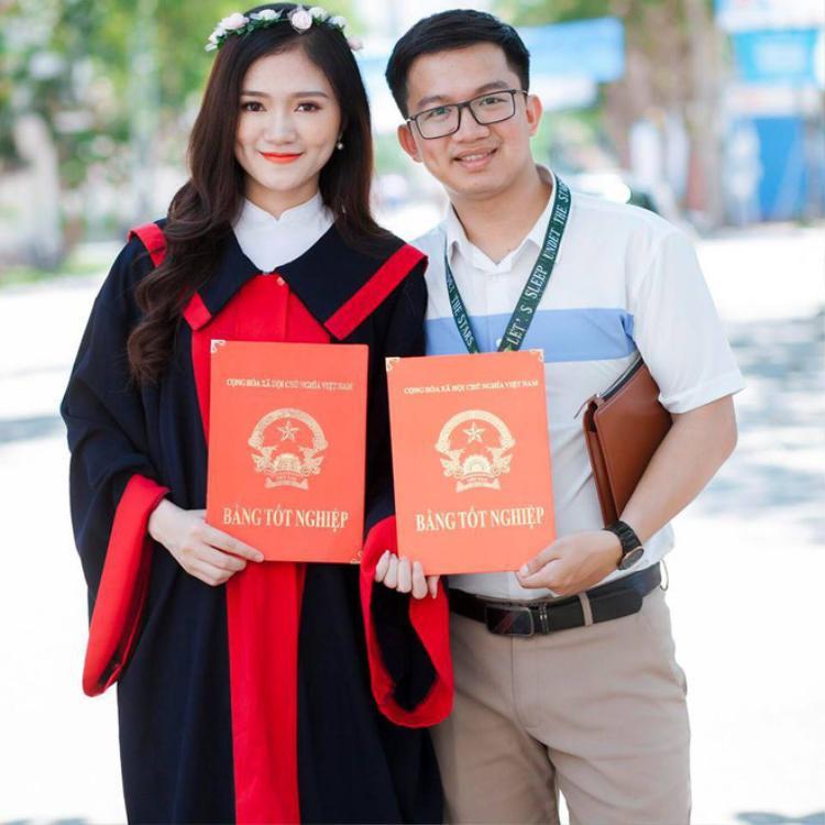 """Duyên đã hạnh phúc đăng hình chụp cùng bạn trai lên facebook với lời chia sẻ: """"Chính thức có 2 tấm bằng tốt nghiệp đại học và có anh""""."""