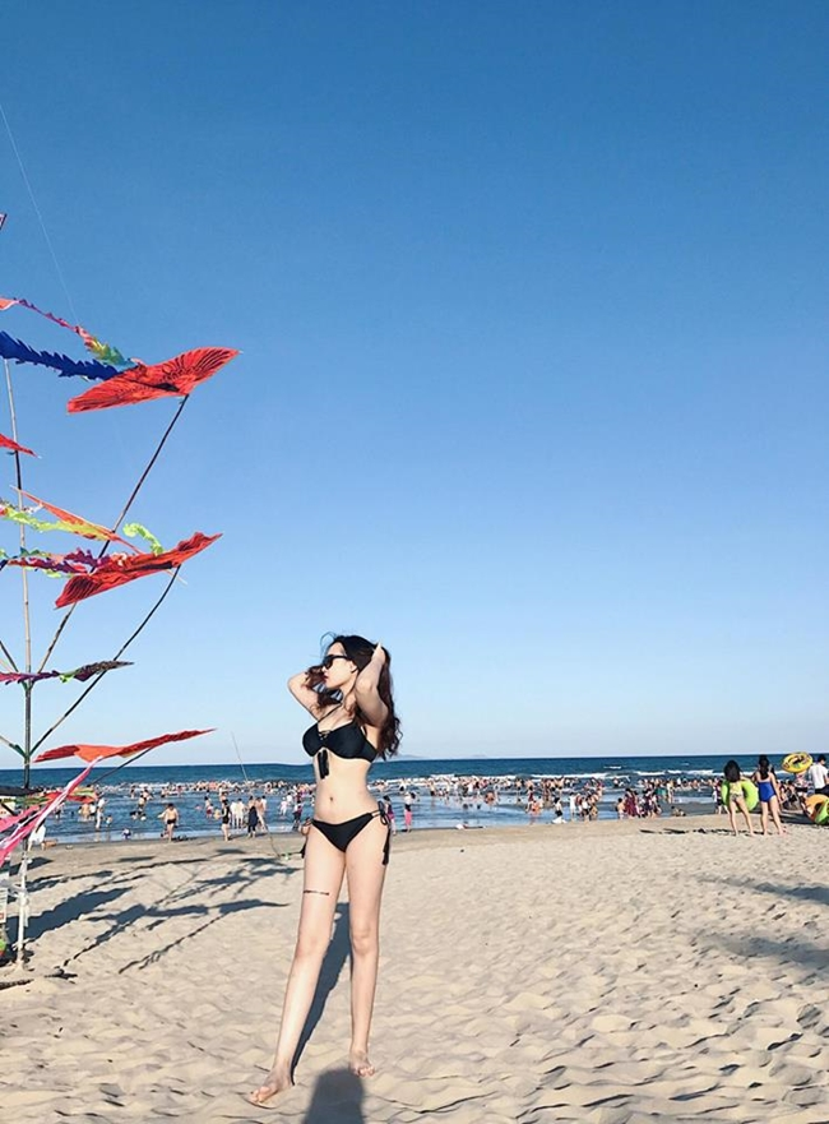 Ngoài đời cô thường xuyên tạo dáng với những bộ trang phục bikini nóng bỏng mỗi khi có dịp đi du lịch.