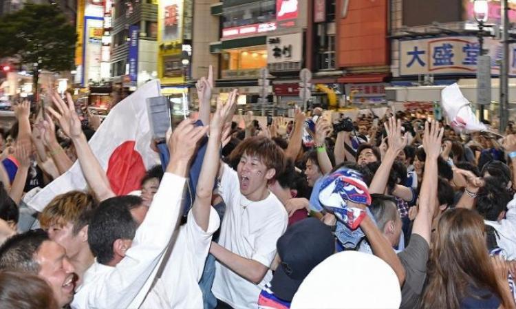 CĐV Nhật đổ xuống đường ởShibuya-ku, Tokyo ăn mừng chiến thắng.