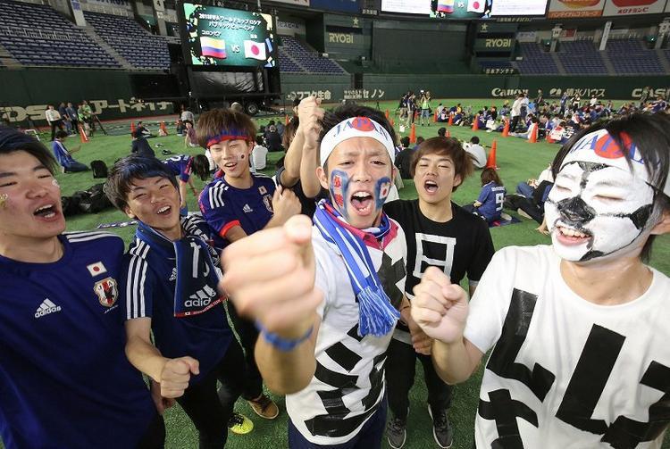 Rất đông fan hâm mộ bóng đá tập trung tại một sân vận động ở Bunkyo, thủ đô Tokyo để cổ vũ đội tuyển.
