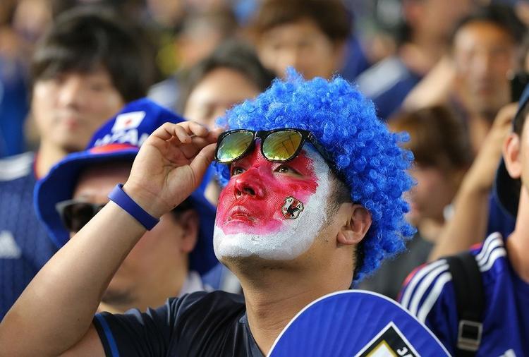 Trước trận đấu, CĐV Nhật Bản tập trung trước màn hình lớn.Colombia được đánh giá cao hơn rất nhiều so với Nhật Bản ở trận ra quân này.