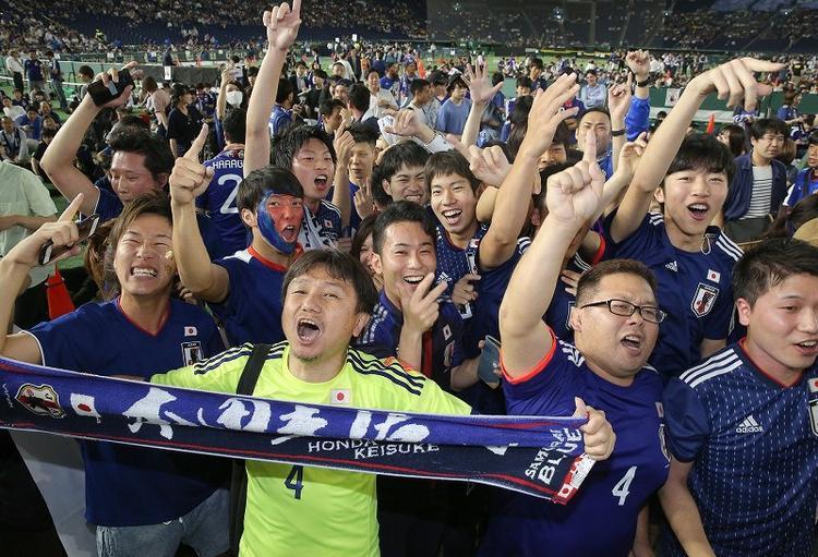 Các CĐV dù theo dõi đội tuyển thi đấu từ xa nhưng vô cùng hào hứng.