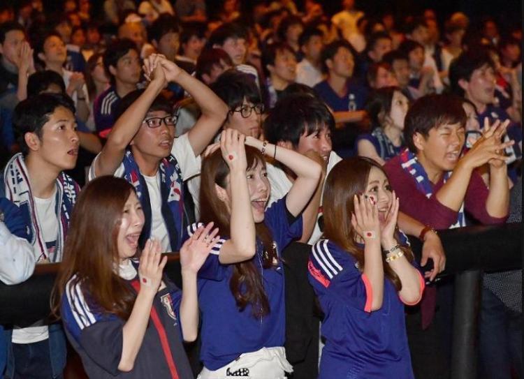 """CĐV đội bóng áo xanh ở Chuo, thành phố Sapporo không giấu nổi sự bất ngờ và hụt hẫng khi đội tuyển nhà để thủng lưới vào cuối hiệp 1. Thế trận cân bằng khiến CĐV có đôi chút """"nghẹt thở""""."""