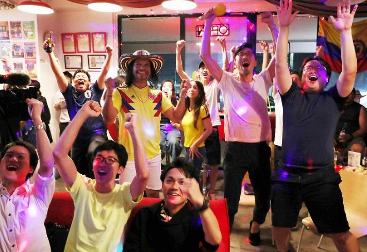 Tuy nhiên, đội tuyển Nhật Bản với ưu thế chơi hơn người đã gây sức ép lên khung thành của Colombia. Bàn thắng của đội bóng áo xanh ở phút thứ 73 của trận đấu thực sự khiến các CĐV ở quê nhà vỡ òa trong cảm xúc. Không chỉ có người Nhật Bản mà người nước ngoài cũng cổ vũ cho đại diện châu Á tại thành phốGifu.