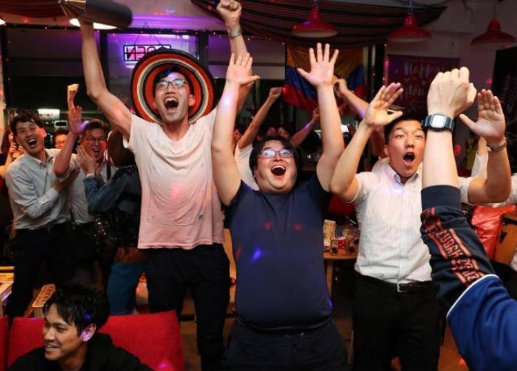 Nhóm CĐV ởGifu ăn mừng bàn thắng của đội nhà.
