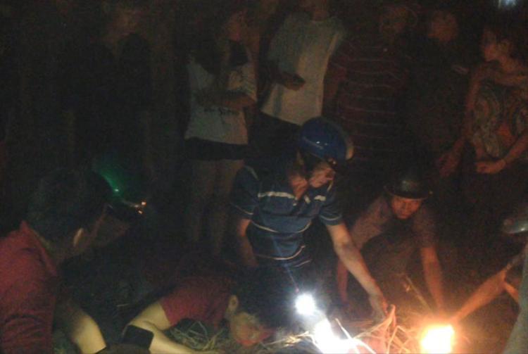 Người dân và lực lượng chức năng tổ chức tìm kiếm nạn nhân trong đêm. Ảnh: VTC.