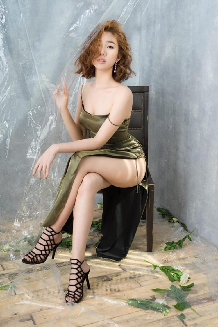 Một sét đồ táo bạo hơn giúp nữ diễn viên xinh đẹp khoe vòng 3 nảy nở đáng ghen tỵ.