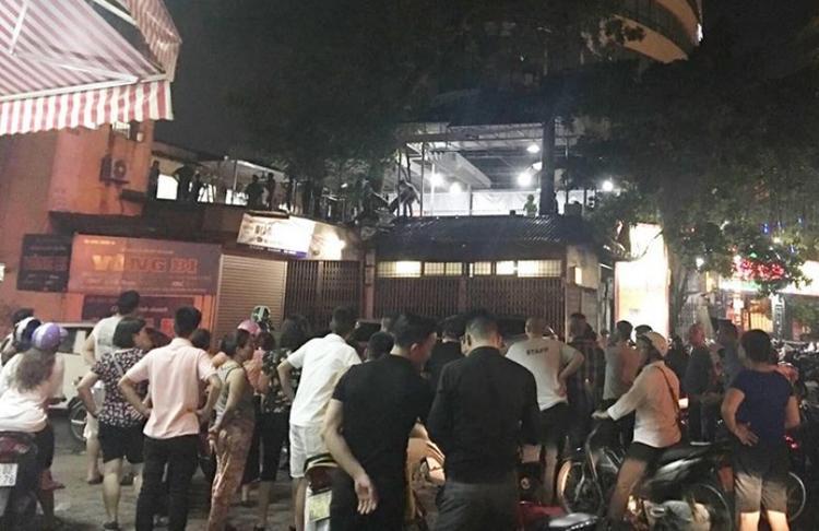 Hình ảnh nam thanh niên leo lên nóc nhà hàng sau khi gây ra sự việc. Ảnh facebook Hóng