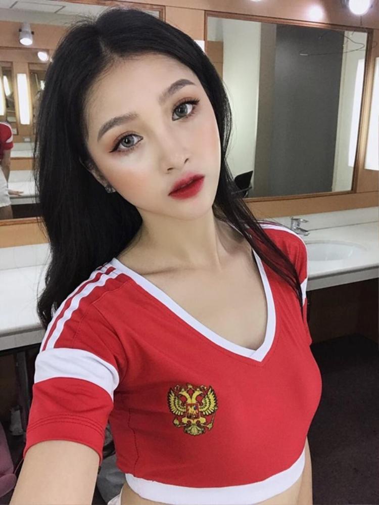 Cổ động viên đại diện cho đội tuyển Balan không ai khác chính là hotgirl Linh thỏ - gương mặt đình đám trên mạng xã hội với vai trò là người mẫu lookbook nổi tiếng.