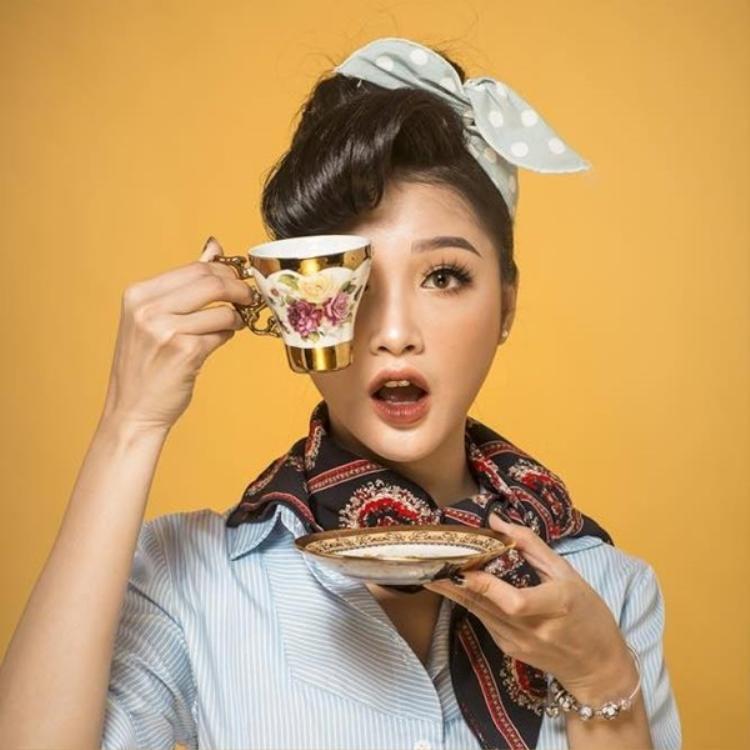 Cô nàng tên thật là Trần Hương Linh (26 tuổi), luôn xuất hiện với style ăn mặc rất sành điệu.
