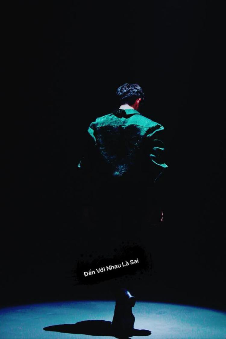 Tuy nhiên, gần 1 tháng sau thì đây là điều fan nhận được. Đã có ánh đèn tuy nhiên, chỉ được diện kiến lưng của giọng ca Cause I Love You.
