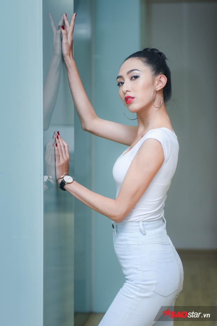 Thu Hiền cũng gây ấn tượng với khuôn mặt sắc sảo, cũng như biết được điểm dừng cần thiết để nhiếp ảnh gia bắt khoảnh khắc.