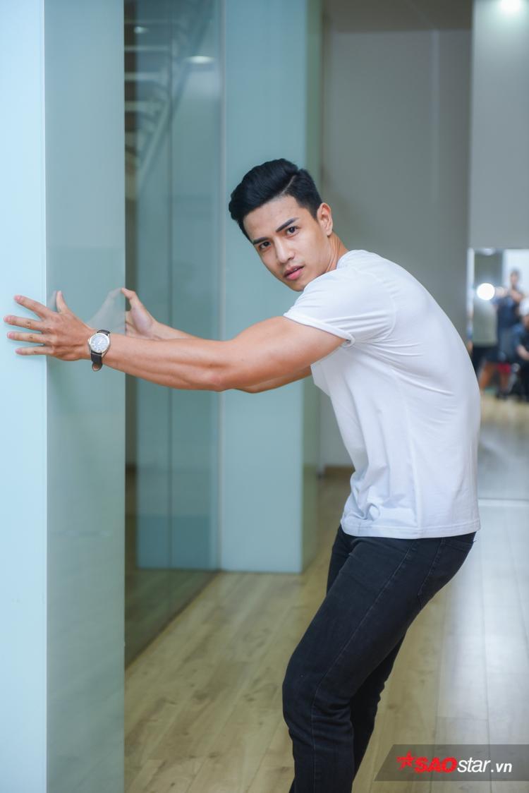 Văn Bảo có cách pose dáng độc đáo phô bày hình thể nam tính. Anh chàng được nhận định là một trong những thí sinh sáng giá của Siêu mẫu Việt Nam năm nay.