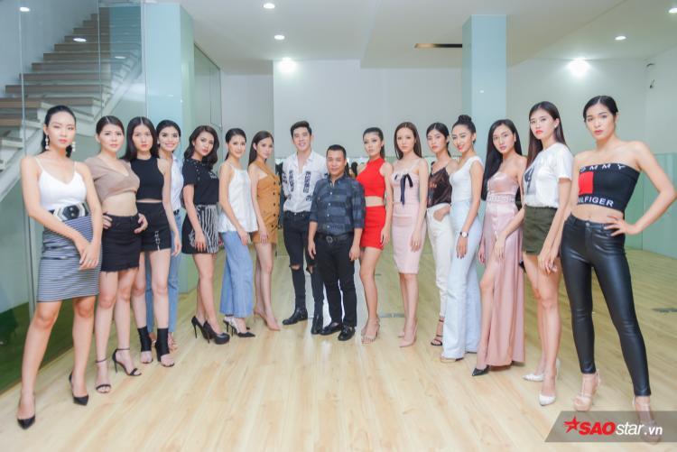 Cùng các thí sinh nữ chụp ảnh với siêu mẫu Minh Trung và đạo diễn Hoàng Ngọc Sự.