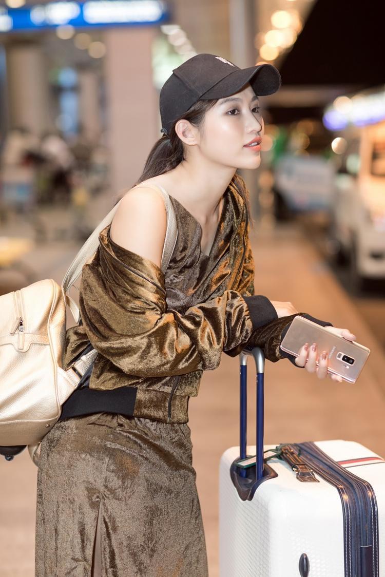 Chế Nguyễn Quỳnh Châu thanh lịch, sang chảnh tại sân bay cùng món phụ kiện ton-sur-ton Galaxy S9+ Hoàng Kim mới.