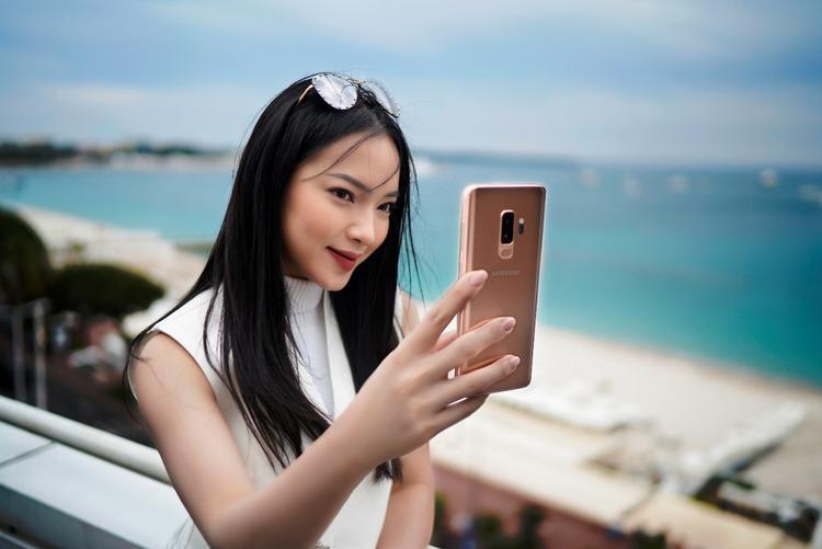 Châu Bùi thể hiện một nét đẹp sang trọng pha lẫn hiện đại trong cách phối đồ tinh tế và vẻ cao cấp từ chiếc Galaxy S9+.