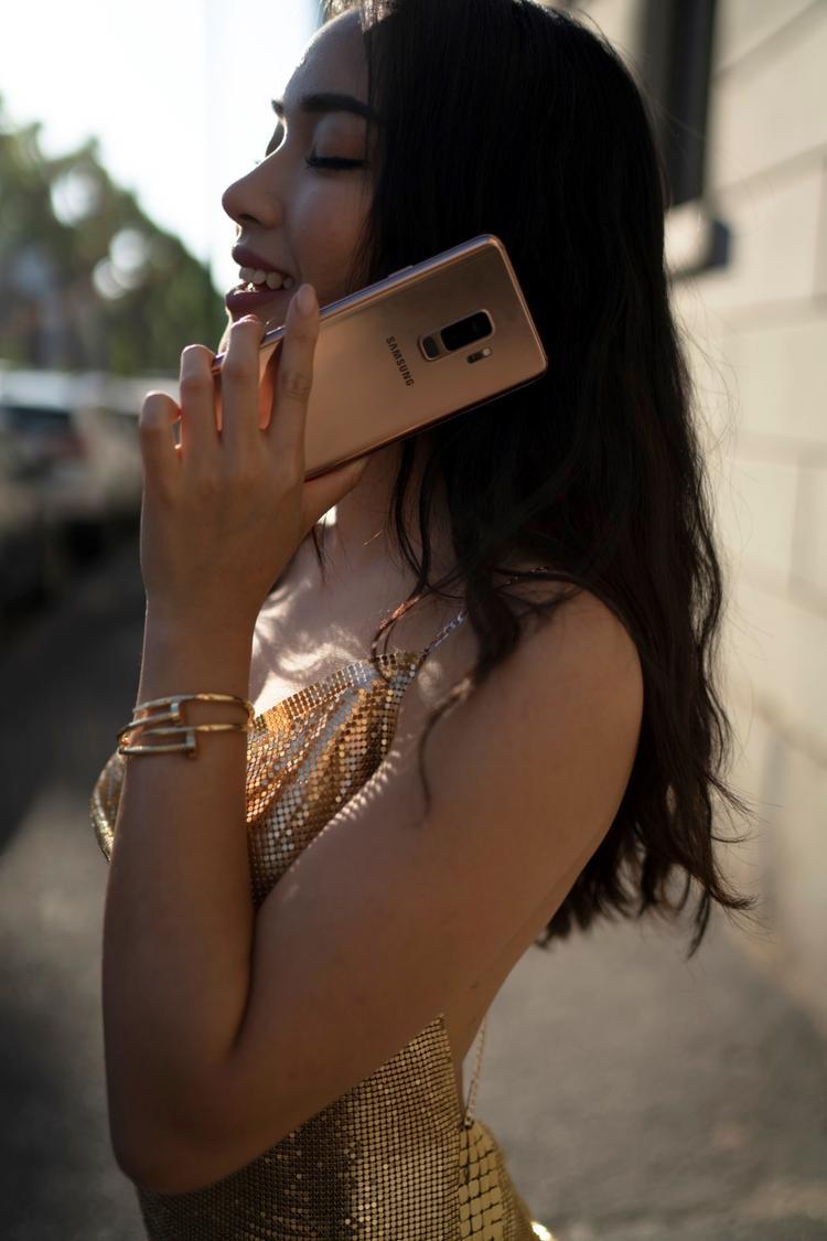 """Galaxy S9+ trong tay Châu Bùi cũng """"có dịp để diện"""" không kém khi nó là món phụ kiện tôn thêm sự kiêu sa của người đẹp khi chụp bộ ảnh OOTD tại Nice cổ kính."""