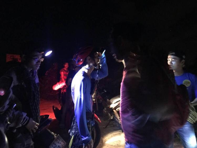 Lực lượng chức năng tìm kiếm du khách nước ngoài đi lạc trong rừng Sơn Trà trong đêm. Ảnh: Minh Hải