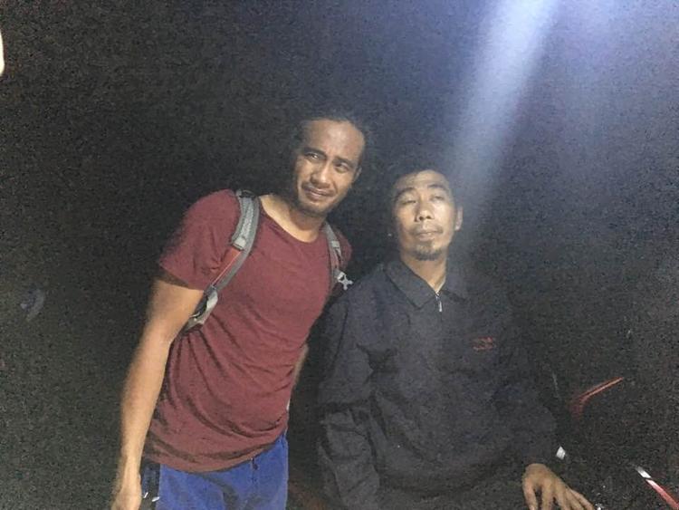 Du khách nước ngoài (bên trái) đi lạc đã được tìm thấy và đưa về đất liền an toàn. Ảnh: Minh Hải