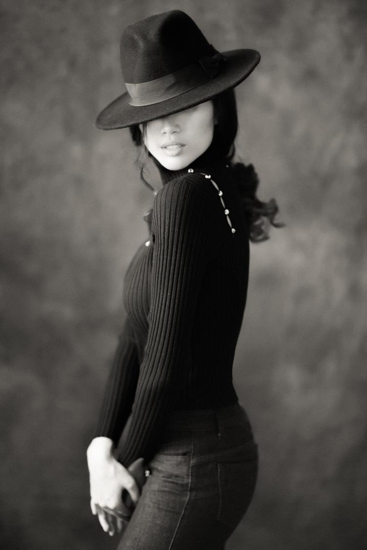 Trang phục màu trung tính của len cashmere và áo lông, kết hợp cùng phụ kiện thắt lưng hay túi đeo hông bằng da thật hay mũ berret cũng là sự lựa chọn của các quý cô nước Pháp mang phong cách gợi cảm của thập niên 60,70.