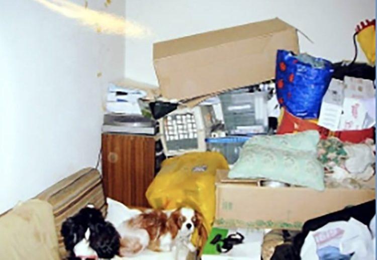 Căn nhà quá bừa bộn khiến hai nạn nhân khó thoát thân.