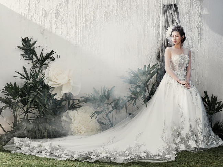 Họa tiết ren chỉ, ren nổi kết hợp trên nền voan mỏng và lót màu trắng tinh khôi một lần nữa biến Tú Anh thành một cô dâu kiều diễm.