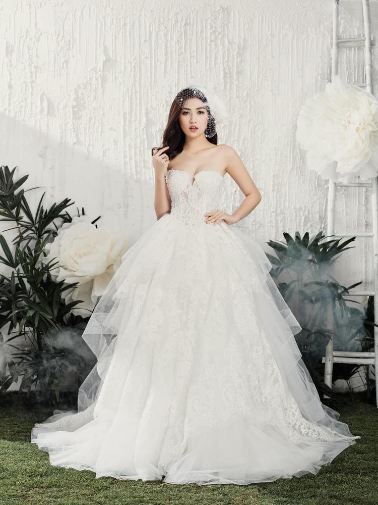 Đây là chiếc váy được đính hàng ngàn viên ngọc trai và pha lê Swarovski trên nền vải metallic mang lại cho cô dâu Tú Anh một dáng vẻ nữ tính và lộng lẫy đến không ngờ.