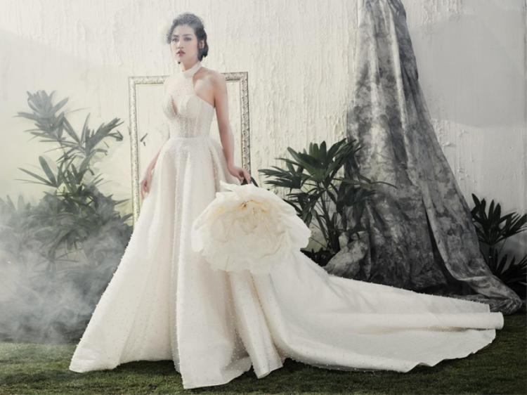 """Khoảnh khắc đẹp đến """"nao lòng"""" của cô dâu Tú Anh trong bộ váy cưới có tông màu trắng làm chủ đạo. Váy được may từ những chất liệu sheer cao cấp, chất liệu xốp nhẹ với nhiều lớp lót bên trong vạt váy bồng bềnh và được đính hạt ngọc trai vô cùng tỉ mỉ."""