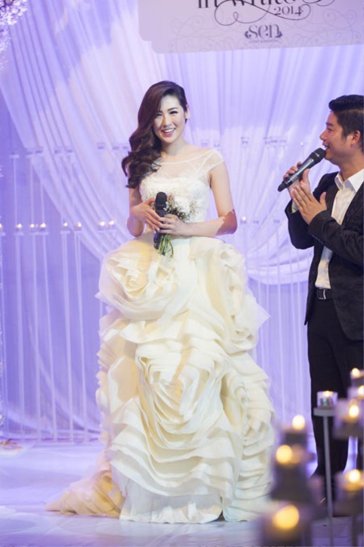 Như vậy, sau 6 năm đăng quang Á hậu Việt Nam 2012, Tú Anh chính thức lên xe hoa vào tháng 7 này. Cô nhận được sự chúc mừng từ nhiều bạn bè, đồng nghiệp, trong đó có Hoa hậu Đặng Thu Thảo và Đỗ Mỹ Linh.