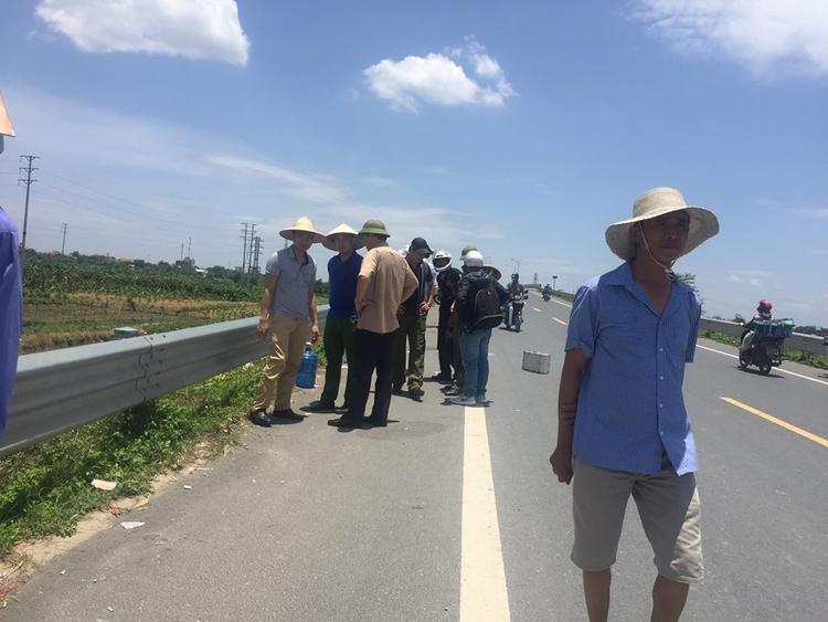CSGT huyện Yên Mỹ, Viện kiểm soát huyện Yên Mỹ đang thực nghiệm đo đạc lại hiện trường. Người dân xung quang đây hiếu kỳ ra xem sự việc.