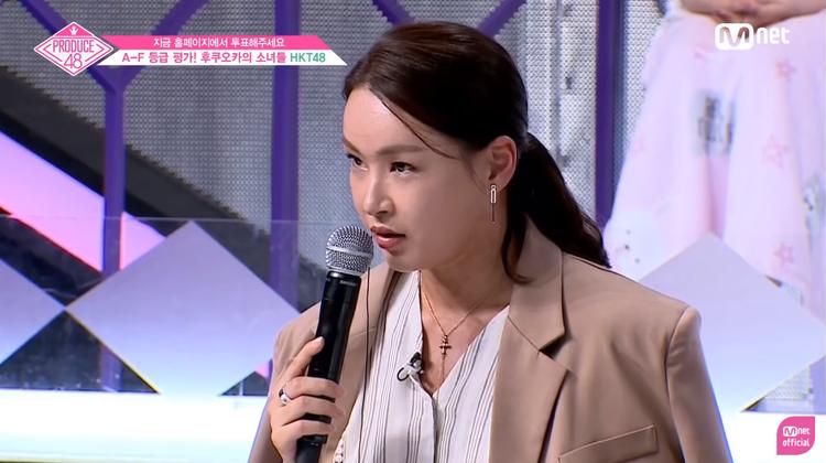 """Cô giáo này liên tục có những nhận xét khá nặng nề, gay gắt đối với vấn đề kĩ năng của team Nhật. Ví dụ như câu """"Ở Nhật, idol không cần nhảy hả?""""."""