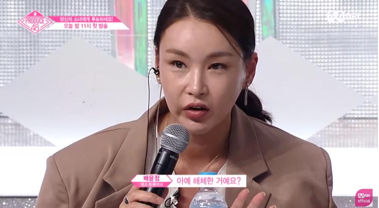 """Hay câu hỏi có phần """"vô duyên"""" : """"Nhóm này tan rã chưa?"""" khiến Kaeun rơi vào tình huống khó xử. Chính vì những điều này đã làm cô Bae Yoon Jung hứng về một """"rổ gạch đá"""" từ cư dân mạng."""