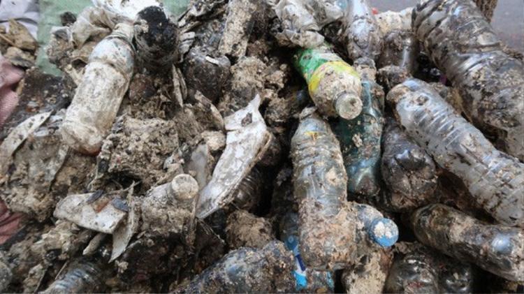 """""""Núi chai nhựa"""" được móc từ lòng cống ngã tư Trường Định - Võ Văn Tần, quận 3"""