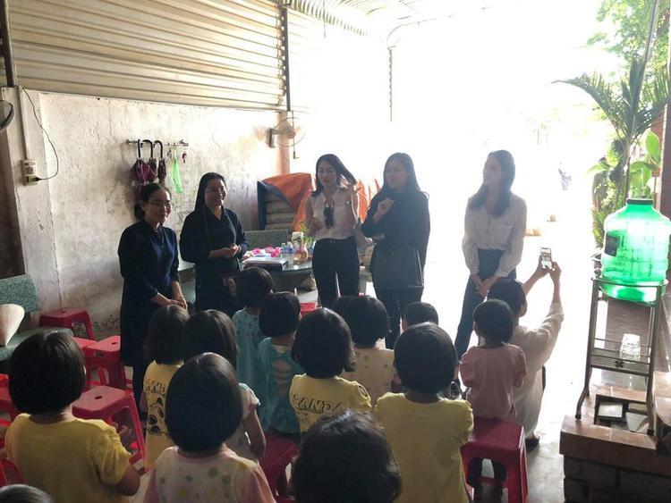 Các em nhỏ ngồi ngay ngắn khi có khách đến thăm.