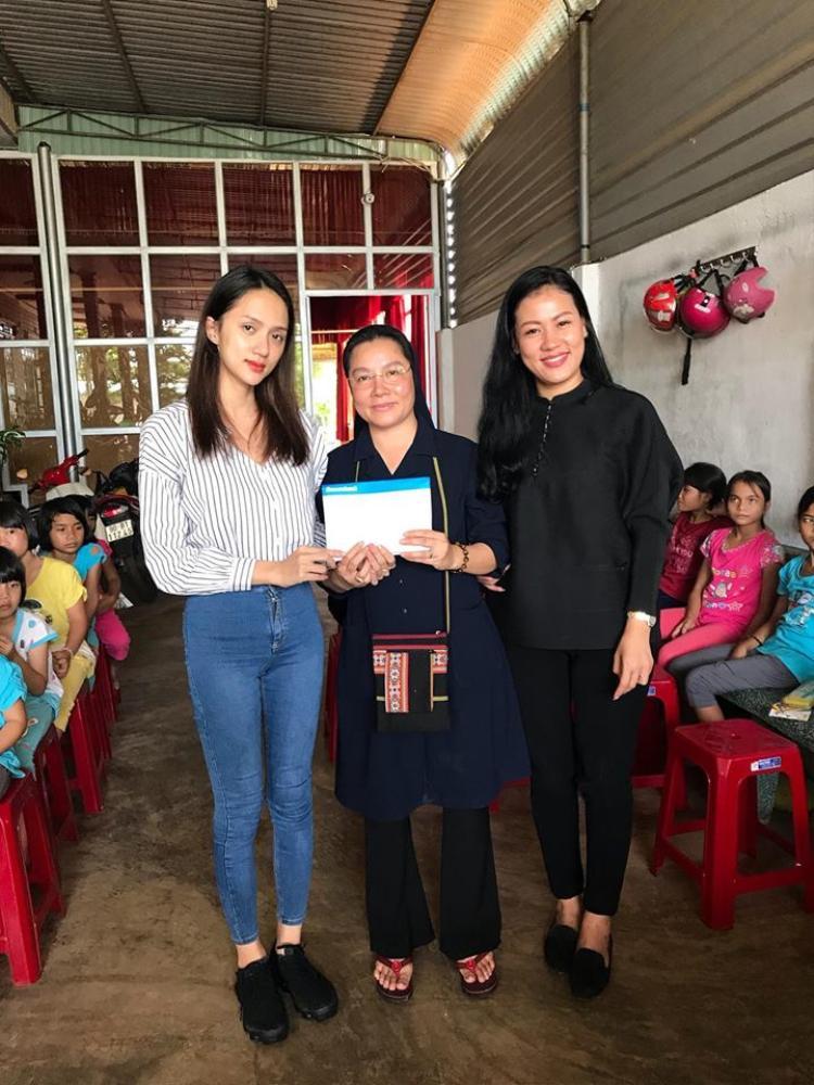 Hương Giang trao tặng một số tiền cho các Sơ để xây trường học cho các em.