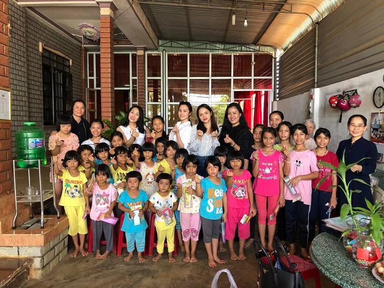 Hương Giang cùng những người bạn đến thăm và tặng quà cho trẻ em ở Bình Phước.