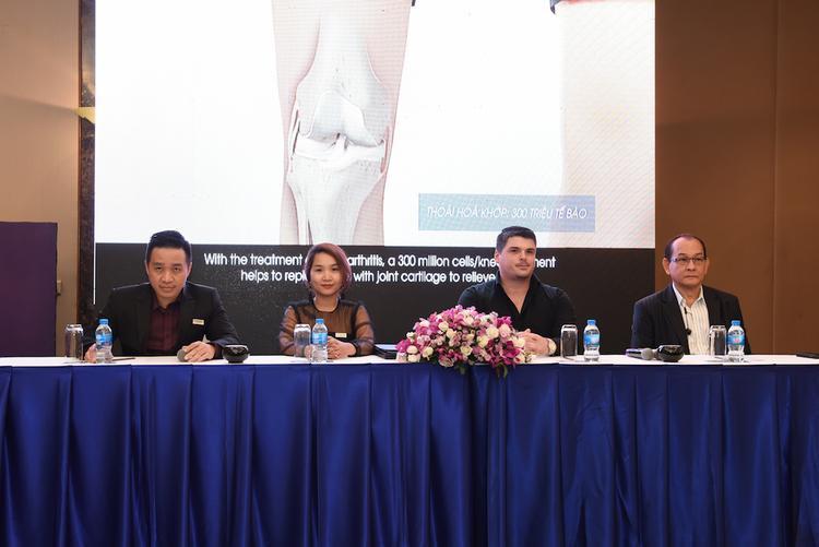 Từ trái qua: Đại diện FSCB và Future Clinic - ông Mai Duy Bảo và bà Ngô Triệu Phương Liên, Đại diện Stem Cells 21 Thái Lan: Ông Paul Collier - Giám đốc Điều hành và bác sĩ Thein Htut - Giám đốc Y khoa.
