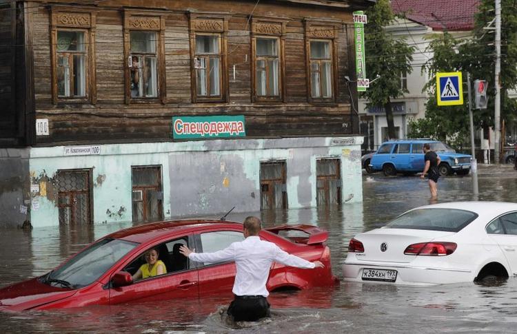 Người hâm mộ ở Nizhny Novgorod, miền tây nước Nga đã có những ngày nắng đẹp bên dòng sông Volga kể từ thời điểm World Cup chính thức bắt đầu. Tuy nhiên, hôm 19/6, một cơn bão đổ bộ thành phố, kéo theo cơn mưa dài nửa tiếng. Trận mưa lớn khiến mực nước ở các con sông dâng cao, đường phố ngập trong biển nước.