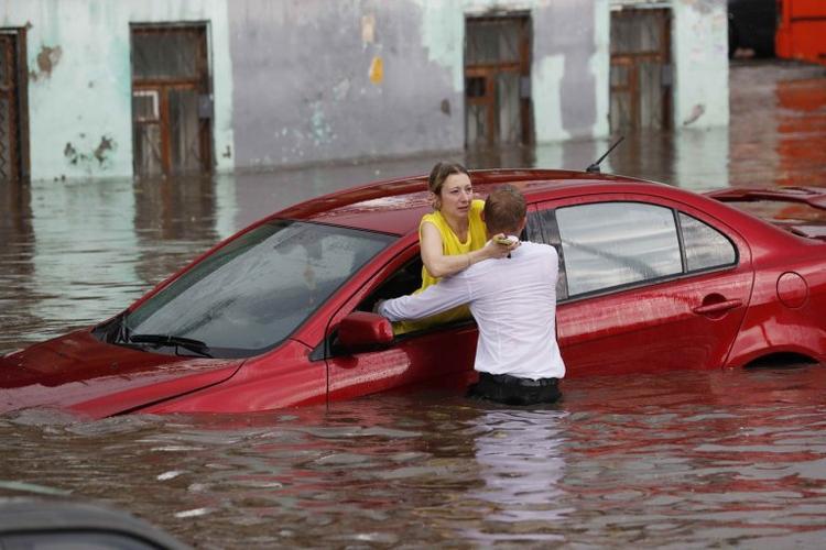 Nước dâng cao còn tràn vào nhiều ô tô di chuyển ởNizhny Novgorod, khiến các tài xế bị mắc kẹt bên trong xe. Đúng lúc ấy, một nam thanh niên điển trai xuất hiện. Anh không ngần ngại lội dưới dòng nước ngập tới eo để tìm cách đưa một nữ tài xế ra khỏi xe.