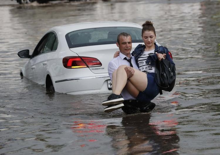 Nizhny Novgorod là một trong 11 thành phố ở Nga tổ chức các trận đấu vòng chung kết World Cup 2018. Theo người dân địa phương, đây không phải là lần đầu tiên họ chứng kiến cảnh đường phố ngập nước sau mưa lớn như vậy.