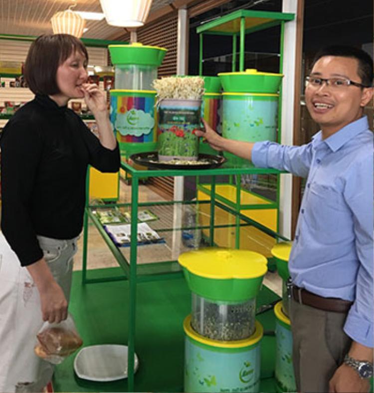 TS Đỗ Ngọc Chung (bìa phải) giới thiệu sản phẩm làm rau giá tại Moskva. Ảnh: NC.