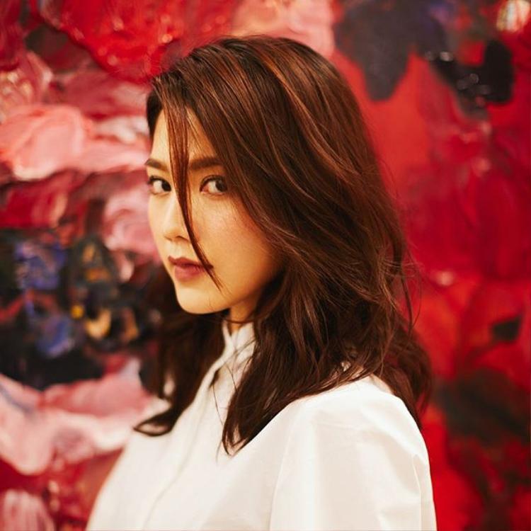 """Châu Tú Na nổi tiếng nhờ hình ảnh sexy nhưng đời tư lại khá kín đáo, hoàn toàn không có tin tức """"bẩn"""" cũng như các tin đồn tình ái lăng nhăng."""