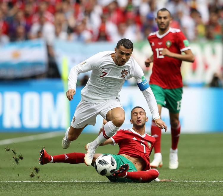 Ronaldo ăn vạ trở thành bản năng và rất thô thiển. Ảnh: FIFA