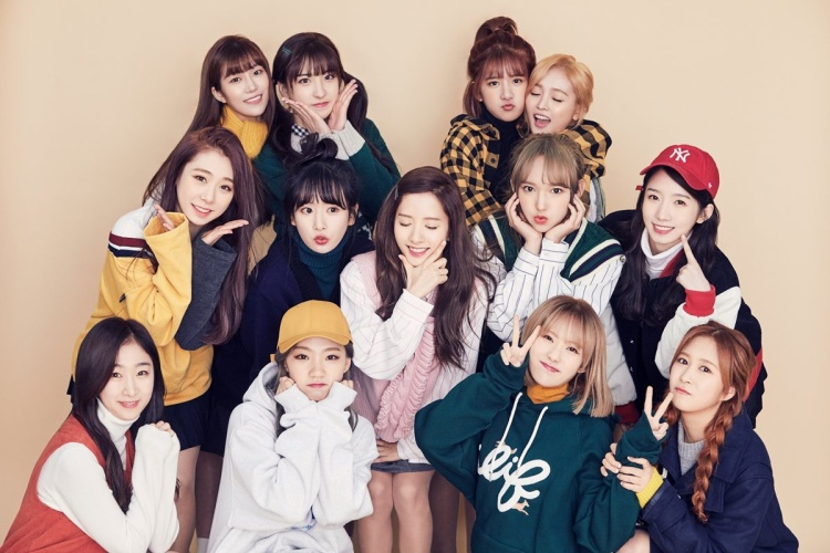 WJSN - nhóm nữ gồm 13 thành viên chính thức ra mắt vào năm 2016 với nhiều gương mặt nổi bật như Yeonjung (cựu thành viên I.O.I), Cheng Xiao, Seola,… Tuy vậy nhưng girlgroup này vẫn khá lận đận khi chẳng thể bật lên nổi giữa những nhóm nữ của Kpop.